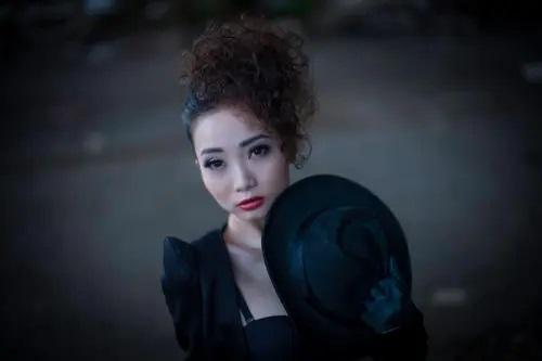 Liu Lang Ge Shou He Ge Bi Nv Hai 流浪歌手和隔壁女孩 The Tramp Singer And The Girl Next Door Lyrics 歌詞 With Pinyin By Hong Ying 鸿鹰